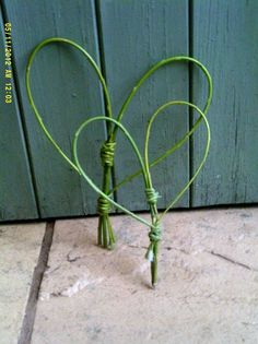 Simple enough for kids to try.Two Natural English Willow Hearts Twig Crafts, Nature Crafts, Willow Weaving, Basket Weaving, Willow Wreath, Vine Wreath, Living Willow, Willow Branches, Halloween Yard Decorations