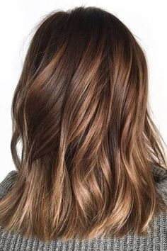 Looking for most pretty demanding hair color ever? See here the most great ideas of various balayage hair colors. Balayage is a French hair coloring technique where the color is painted on the hair… Brown Shoulder Length Hair, Shoulder Length Balayage, Brown Mid Length Hair, Honey Balayage, Balayage Hair Brunette Caramel, Brown Balayage, Balayage Color, Fall Balayage, Caramel Ombre Hair