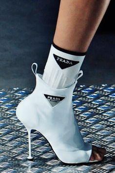 Prada - Milan Men's Fashion Week Fall/Winter on January 14 2018 in M. - World Fashion Week Fashion Week Hommes, Milan Men's Fashion Week, Mens Fashion 2018, Mens Fashion Shoes, Sneakers Fashion, Fashion Accessories, Fashion Weeks, London Fashion, Fashion Boots