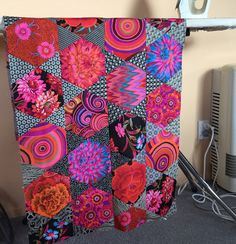 A couple of weeks ago I decided it was time to revisit my Mediterranean Hexagons quilt from the Kaffe Fassett class I attended in January (y. Quilting Designs, Quilting Projects, Quilting Ideas, Snowball Quilts, Quilt Modernen, Hexagon Quilt, Hexagon Patchwork, Colorful Quilts, English Paper Piecing