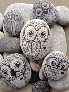 Owl hand painted rock from The Beach – Toronto Handgemalter Felsen der Eule vom Strand – Toronto Rock Painting Patterns, Rock Painting Ideas Easy, Rock Painting Designs, Pebble Painting, Pebble Art, Stone Painting, Mandala Painting, Painted Rocks Craft, Hand Painted Rocks