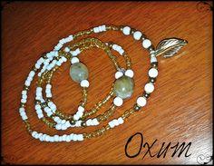 Oxum é o orixá da fertilidade, do amor e do ouro. Protetora das gestantes e da juventude, é a senhora das águas doces. Seus colares emitem luzes solares.