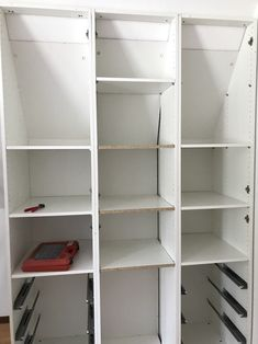 DIY: Unser Kleiderschrank wurde in die Dachschräge eingepasst. Ein cooler IKEA-Hack! | Mehr Infos zu unserem Schrank für die Dachschräge auf Mamaskind.de