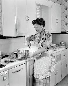 1950s Kitchen, Kitchen Aprons, Vintage Kitchen, 1950s Housewife, Vintage Housewife, Vintage Mom, Aprons Vintage, Vintage Baking, Moda Vintage