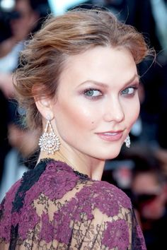 Grace of Monaco premiere – May 14 2014 To complement her lace Valentino gown, Karlie Kloss wore her hair swept into a romantic chignon. Her make-up was soft and pretty, with lightly bronzed cheeks and eyes defined with smoky metallic purple shadow. Karlie Kloss, Bridal Beauty, Bridal Makeup, Nude Makeup, Hair Makeup, Midi Hair, Wedding Hairstyles, Cool Hairstyles, Cannes Film Festival 2014
