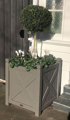 The classic HAMPTON style planter by PlanTub completes Hamptons style interiors. Available in a variety of finials. Light bright Arctic white helps create that beachy, relaxing and calming vibe. Wooden Planters, Planter Boxes, Bespoke Furniture, Cabinet Makers, Storage Boxes, The Hamptons, Home And Garden, Traditional, Interior Design
