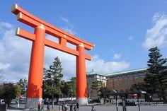 Un torii géant en pleine rue devant le Heian-jingū à Kyoto, Adam Khalife.