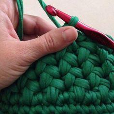 How to Crochet a Puff Flower - Crochet Ideas Crochet Puff Flower, Crochet Flower Patterns, Crochet Flowers, Knitting Patterns, Crochet Amigurumi, Crochet Yarn, Crochet Stitches, Crochet T Shirts, Tunisian Crochet