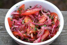 Receta del curtido de cebolla y tomate, una ensaladita o salsa de cebolla curtida y tomate con jugo de limon, sal y cilantro.