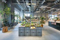 all photos(C)太田拓実 長坂常 / スキーマ建築計画が設計した、京都の店舗「TODAY'S SPECIAL Kyoto」です。店舗の場所は、河原町通三条下ルの京都BALの4Fです。 TODAY'S SPECIALの空間コンセプトでもある「光」「スタンダード」「DIY」を木で改造したスチールラックと木アングルで構成された家具、アンティーク家具など複数の家具で高さ、奥行きに変化を与えながら回遊性の高い店舗空間をデザインした。 ※以下の写真はクリックで拡大します 以下、建築家によるテキストです。 ********** TODAY'S SPECIAL Kyoto TODAY'S SPECIAL3店舗目として京都BALの中にインショップとして誕生した。TODAY'S SPECIALの空間コンセプトでもある「光」「スタンダード」「DIY」を木で改造したスチールラックと木アングルで構成された家具、アンティーク家具など複数の家具で高さ、奥行きに変化を与えながら回遊性の高い店舗空間をデザインした。結果、新築のインショップでありながら10年来営業し続...