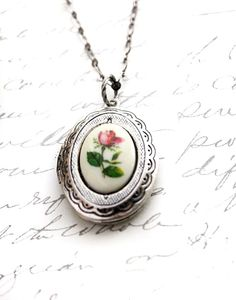 BeTyd Pendant Necklace Fire Opal Round Cabochon 13mm Vintage Elegant Gift for Women Blue Light Necklace