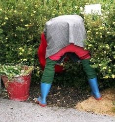 Garden Whimsy, Diy Garden Decor, Garden Decorations, Garden Crafts, Outside Fall Decorations, Halloween Decorations, Scarecrows For Garden, Potted Plants Patio, Diy Scarecrow