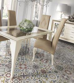 Elegante conjunto de mesa de cristal y sillas tapizadas en color nudé y ocre. La combinación perfecta para un comedor con estilo. http://www.aristamobiliario.es/