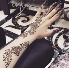 This is a incredible photo of an ambience for you to inspired yourself for your new oroject. See more inspirations clicking on the image. #UniqueProjectsModernDesign Henna Designs Arm, Arabic Henna Designs, Mehndi Designs 2018, Modern Mehndi Designs, Wedding Mehndi Designs, Beautiful Henna Designs, Mehndi Designs For Fingers, Henna Tattoo Designs, Tattoo Ideas