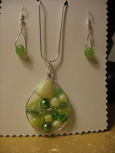 Ezüst ékszerdrót és vegyes zöld-sárga gyöngyök.