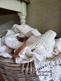 Kind van Holland Brocante Hier liggen wat oude gehaakte kleden gewoon nonchalant in een oude bollenmand.