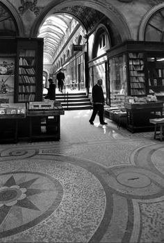 Paris : Atelier Robert Doisneau - Passages et galeries Henri Cartier Bresson, Robert Doisneau, Old Paris, Vintage Paris, History Of Photography, Street Photography, Art Photography, Magnum Photos, Edward Weston