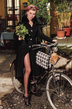 イタリアングラマーを象徴する、センシュアルなブラックスタイル。ファッション・アイコンとしても人気の2世モデル、ヘイリー・ボールドウィンがフレッシュに着こなす。PHOTOGRAPHED BY LUCAANDALESSANDRO MORELLISTYLED BY CHIARA TOTIRE