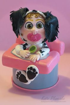 Baby english setter sitting in a high chair, fondant. English setter kids birthday cake.