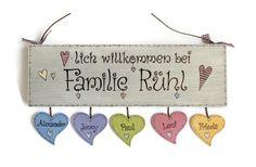 Da tritt man gerne ein :-)....  **Shabby Türschild Holz (Fichte 19 mm) mit Namensanhänger der Familienmitglieder in Herzform**  Größe des Schildes **H 12,5 x B 40 cm**  **Bei längeren Namen...