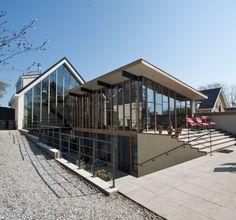 Dijkvilla - Bouwbedrijf Huurdeman Swedish House, Architecture, Garage Doors, Stairs, Exterior, Park, Places, Outdoor Decor, Modern