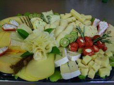 Das perfekte Käseplatte die VI. mit Bild-Rezept mit Bild und einfacher Schritt-für-Schritt-Anleitung: Aufschnittplatte mit Salat auslegen, Käse…