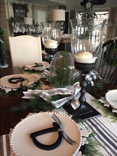 Table Deco Style In this post I share several easy, beautiful and festive christmas table ideas with Farmhouse Dining Room Table, Dining Room Table Decor, Deco Table, Dining Room Design, Christmas Table Settings, Christmas Tablescapes, Christmas Dining Table, Christmas Tabletop, Table Centerpieces