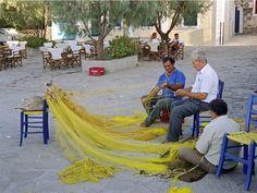 Ces hommes du village de Skala Sikaminia reprisent leurs filets de pêche (Lesbos, Grèce).