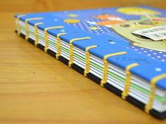 Álbum de fotos em scrapbook com encadernação copta (detalhes da encadernação copta) Handmade Books, Album, Cool Things To Buy, Scrapbook, Cool Stuff, Diy Photo Album, Handmade Notebook, Work Of Art, Craft