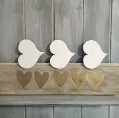 Bílá+srdce+Tři+bílá+dřevěná+srdíčka+na+dřevěném+kolíčku.+Rožměry+:+Šířka+:+9+cm+Výška+:+8+cm