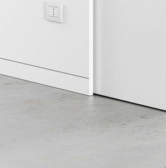 With the best trim work, the decorative molding can greatly affect your interior. Introduce visual attract your home with these baseboard style ideas. Baseboard Styles, Baseboard Trim, Modern Baseboards, Wainscoting Stairs, Doors And Floors, Skirting Boards, Wall Trim, Architrave, Remodels And Restorations