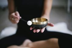 Did you know that sound itself can bring healing to your body? Read to find different types of sound healing techniques you can use to help your body heal. Yoga Positionen, Yoga Meditation, Healing Meditation, Meditation Practices, Ayurveda, Mantra, Gong Bath, Pagan Beliefs, Types Of Sound