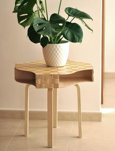 Découvrez 8 projets DIY que vous pouvez réaliser à partir du fameux porte-revues KNUFF de chez IKEA. Ces solutions de rangement vous aideront à rester bien organisés!