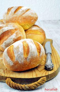 """Diese Süßkartoffel-Brötchen sind herrlich saftig und sensationell locker. Wenn an einem Sonntagmorgen der frische Brötchenduft durchs Haus zieht und sich mit dem Duft von frischem, handgebrühtem Kaffee mischt, dann bin ich im Himmel! Was gibt es Schöneres, als einen Tag … <a href=""""http://herzelieb.de/suesskartoffel-broetchen-rezept/"""">Weiterlesen</a>"""