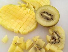 Post: Trifle de bizcocho, frutas amarillas y crema chantilly ---> bizcochos de plátano y cacao, frutas amarillas y crema, montaje de postres, postres de capas, postres delikatissen, postres en frío, postres fáciles, postres rápidos, postres sencillos en vaso, Trifle de bizcocho, trifle parfait