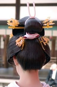 Geisha hairstyle, a traditional Japanese hairstyle. Interesting and unusual geisha hairdo. Die Geisha, Geisha Hair, Japanese Beauty, Asian Beauty, Japanese Lady, Japanese Wedding, Japanese Brides, Art Japonais, Kanzashi