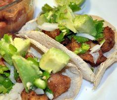 Deliciosos tacos de milanesa de pollo con aguacate, chile verde y cilantro.