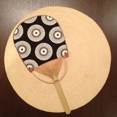 先月末、デザインに一目惚れして見つけた手ごろな団扇。 やや小さめだけど、いいあんばいの風も来て、お気に入り。 この夏のマイ団扇デス。 と、 ...