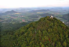 ČESKÉ STŘEDOHOŘÍ Milešovka (837 m)nejznámějšícvznělcový vrchol s meteorologickou stanicí, rozhlednou (19 m)  a restaurací.Je to největrnější hora v ČR, Němci mu říkali Donnersberg, tedy Hromová hora, protože přitahuje blesky