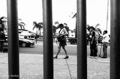 La mujer después de las rejas... #guayaquil #ecuador #bellasartes #blackandwhite #blancoynegro #art #artphoto #artist #streets #street #streetstyle #streetart #urbanart #streetphoto #urban #streetartist #photographer #photo #fotoarte #fotografia #fotografo #arteurbano #arte #artedecalle #ciudad #cities #paisajeguayaquil #streetphotographers #paisajesecuador #allyouneedisecuador by alsinoramirez