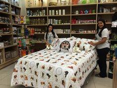 """Nossa funcionárias Leticia Borsoi e Michele Paula dão uma super #DicaShibataCasa: """" Essa é uma novidade da marca Kacyumara, linha Innovi! Agora, sua roupa de cama e capas de almofada terão estampas dos pets mais fofos!"""""""