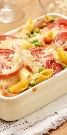Zu unserem Penne-Gratin muss nicht viel gesagt werden: Leckere Nudeln, frische Tomaten, gekochter Schinken und knackige Erbsen mit einer cremigen Sauce und Käse überbacken. Dieser Auflauf ist einfach ein Genuss! Lasst es euch schmecken.