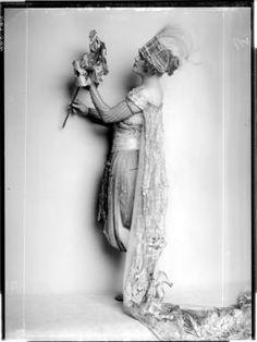 """Madame D'ora, 1920  Modeentwurf von Eduard Josef Wimmer für die """"Wiener Werkstätte"""""""
