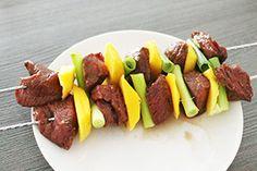 Makkelijke BBQ spiezen van biefstuk gemarineerd in een Oosterse marinade met mango en bosui