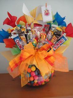dilocondulces.com.mx – Los mejores regalos con un dulce mensaje. Birthday Candy, Diy Birthday, Birthday Gifts, Candy Bouquet Diy, Gift Bouquet, Candy Arrangements, Candy Cakes, Chocolate Bouquet, Candy Gifts