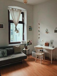 Schönes Einrichtungsbespiel Für Das Eigene WG Zimmer: Gemütliche Couch Mit  Kissen, Kleiner Schreibtisch