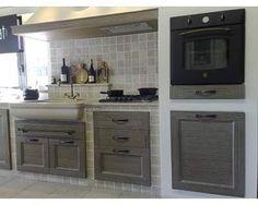 Cucina in muratura con piastrelle in terracotta e top in for Rivestimenti cucina moderna pannelli