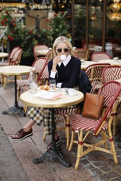 Blair Eadie wearing wide leg plaid pants in Paris // Click through for more of her fall style and Paris outfits on Atlantic-Pacific Preppy Summer Outfits, Fall Outfits, Uk Street Style, Paris In Autumn, Sea Ny, Parisian Chic Style, Paris Outfits, Atlantic Pacific, Fall Plaid