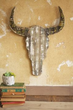 DIY: Wooden Steer Skull made by old wood or pallets. A little white paint for the whitewash effect and your skull is ready. Pallet Crafts, Pallet Art, Pallet Projects, Wood Crafts, Driftwood Projects, Dot And Bo, Decoration Palette, Navidad Diy, Cow Skull