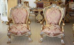 Görkemli olduğu kadar konforlu da olan klasik koltuk takımında ergonomik döşeme malzemeleri kullanıldı. http://www.asortie.com/koltuk-118-Kuppa-Klasik-Koltuk-Takimi